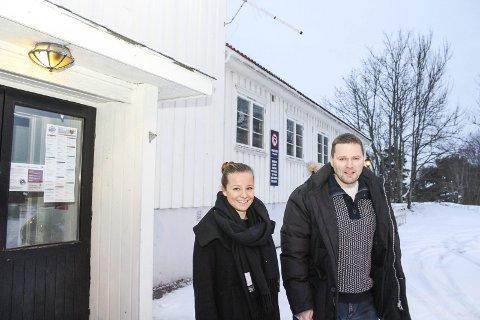 Håper på utstyr og folk: Politiker Karoline Aarvold og Løypegutta Tjøme, her med Harald Grov, arrangerer bruktsalget på Samfunnshuset på Tjøme i år. De håper mange har utstyr å levere i dag og i morgen, og at mange tar turen til salget lørdag. Foto: Nina T. Blix