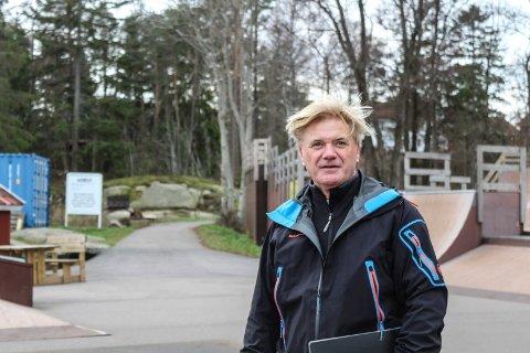 Her vil Maks ha et nytt senter på Tjøme: Maks Jensen er nå på jakt etter forprosjektmidler for å sette i gang prosessen med å bygge et tverrfaglig helse-, allaktivitetshus og trenings- senter på Tjøme. Tomta som er tenkt til planene, starter bak her, på oversiden av skateparken. Den er 5000 kvadratmeter      og i kommunalt eie. Foto: Nina Therese Blix
