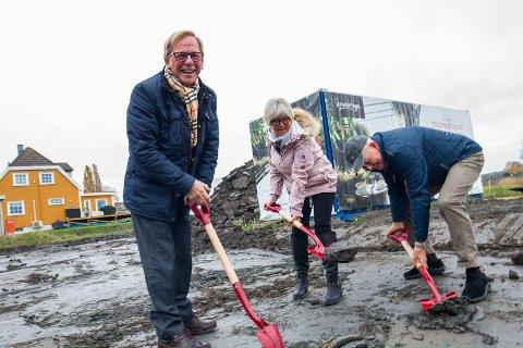 Roar Jonstang var på plass da første spadetak ble tatt. Det var også Agnar Stener Hansen og Britt Hansen som skal bo her.