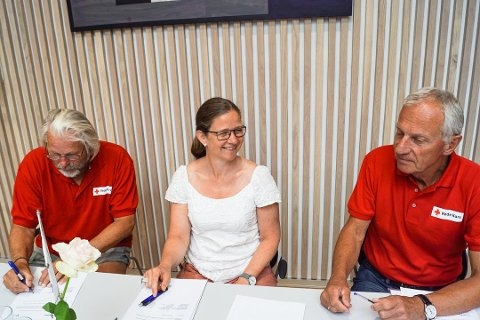 BLE SUKSESS: Tom Mathisen, leder for Tjøme og Hvasser Røde Kors, skriver under på samarbeidsavtalen med Færder kommune i juni i år Her representert ved Hilde Kari Maugesten og leder for Nøtterøy Røde Kors, Harald Halum.