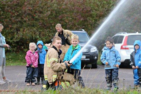 Brannmannskapene hadde populære aktiviteter å by på i Randineborg barnehage.