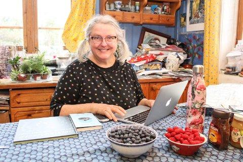 Gro Dahle jobber gjerne med penn og papir når en diktbok blir til. Det produseres mye, før det beste kommer inn på pcen ved kjøkkenbordet hjemme på Tjøme.