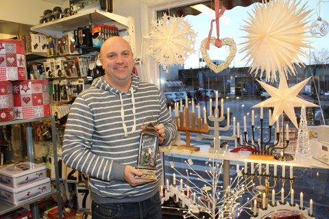 Tidligere drev Gundersen Nøtterøy Jern og Bygg på Teie. Fyrverkeri har han solgt i flere år, og har valgt å fortsette med salget på tross av at Jern & Bygg er nedlagt.