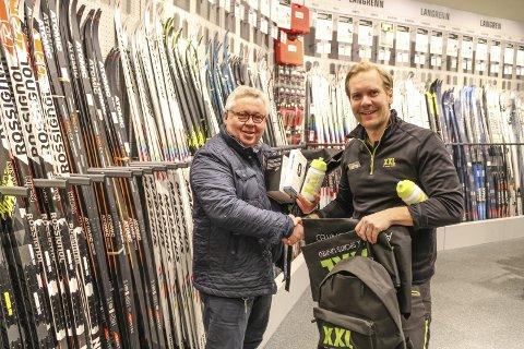 TAKKNEMLIGE: Anders Gundersen var takknemlig for oppmerksomheten fra XXL i Tønsberg, mens Varehussjef Linus Nyberg er takknemlig for innsatsen gruppen legger ned.FOTO: Joakim Teveldal