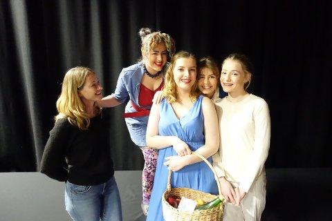 Kristin Varpe (produsent),  Stine Marie Laub Varpe, Helle T. Taraldsvik, Sara Eeg Jonasmo og Isabel Støren spiller teater i helga.