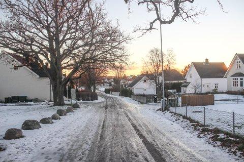 BLIR REVET: Fire boliger i Eikeveien kommer til å komme i direkte konflikt med den nye fastlandsforbindelsen. Nå arrangerer kommunen, sammen med Statens vegvesen, et informasjonsmøte for alle som kan- og vil bli berørt.