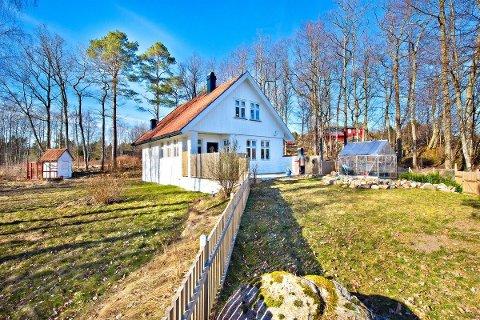 Det er dette huset som nå er lagt ut for salg på Veierland.