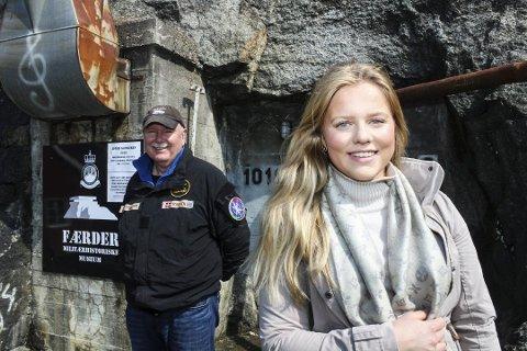 Atten år gamle Hedda Caroline Wigeland Håkegård setter opp Toråsspelet og kan glede seg over økonomisk støtte. Inspirasjonen for å starte prosjektet fikk hun av lederen for interessegruppa for Torås fort, John Toresen, som du ser i bakgrunnen. Han kan glede seg over støtte til restaurering av fortet.