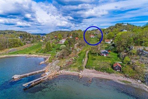 Huset har en stor tomt, som strekker seg ned mot sjøen. Her er det noen meter med strandlinje, men det går en kyststi ved den.