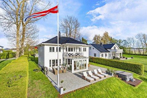 ROMSLIG: I alt rommer boligen 339 kvadratmeter og har en tomt på 1,6 mål.