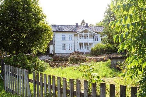 Kjære gård ligger staselig til, men hovedhuset er ikke i bruk. Færder kommune har heller ingen planer for framtida for det.