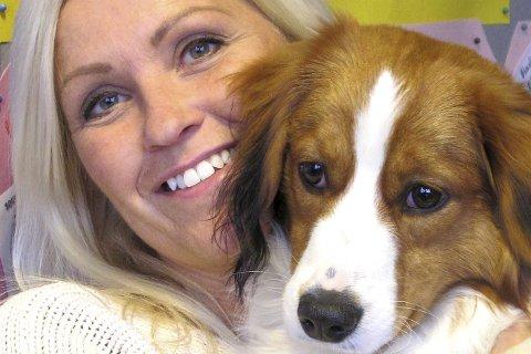 Hunden Fox har fått en viktig rolle på Torød skole. Her mer med eier og rektor Anette Schømer.
