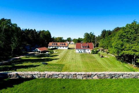 - Hovedhuset er vakkert, synes megler Camilla Sem, som selv har hytte syd på Nøtterøy, men ellers bor i Oslo.