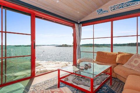 UTSIKT: – Den har ikke bare en vestvendt og fin utsikt, men det er også en hyggelig utsikt når man kan sitte og se ut over vannet, sier Tore Solberg.