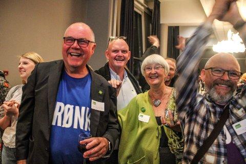 Her jubler Øyvind Rygh (to f.v.) med Færder  MDG på valgvake. F.v. Tor Birkeland og Randi Hagen Fjellberg.