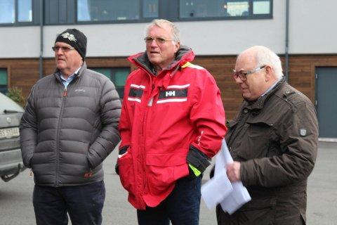 Her fra befaringen på Mostranda med Tore Jacobsen t.v. og Sigmund Arnesen. T.h. drivernes advokat på dette tidspunktet.