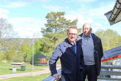 Megler Tor Olav Strandskog og prosjektleder i Forsvarsbygg, Trond K. Nordby, i Mågerølia. Tomtene som nå er ute for salg ligger på nedsiden av denne boligen.