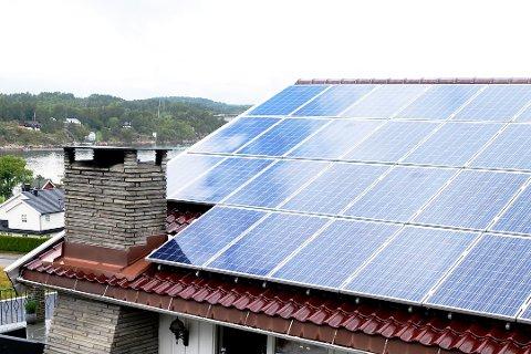 Flere velger nå å utnytte solenergien med slike paneler på taket.