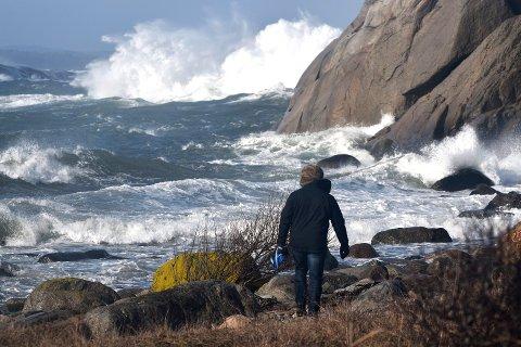 Sterk kuling fra sørvest - slik lyder værvarselet for Verdens Ende og Moutmarka søndag formiddag. Da kan det bli en mektig opplevelse å ta turen ut.