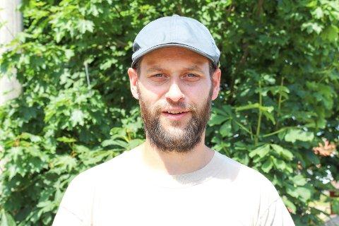 Caspar Rieber-Mohn sto i spissen for en foreldreaksjon for at ungdomsskolen på Tjøme skulle renoveres og fortsatt ligge på Haugsjordet. Han frykter foreløpig ikke at budsjettet i Færder skal påvirke det vedtaket.