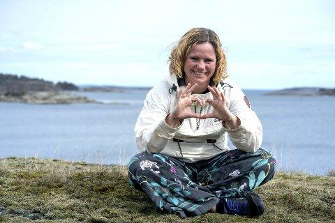 Deler sangvideo: Ellen Morgenstierne er en av mane lokale som medvirker på en video med mange lokale personligheter som byr på seg selv og synger med den stemmmen de har. Foto: Anette Sahlsten