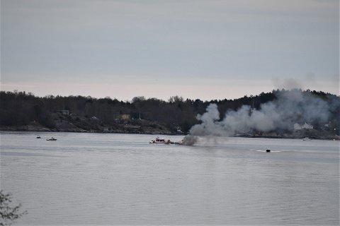 BRANN: Det brenner i en fritidsbåt i Vestfjorden.