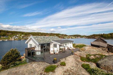 Hytta ligger på en øy, en kort båttur fra Årøysund. Det følger også med et båthus.