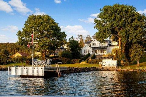 DYPVANNSBRYGGE OG SANDSTRAND: Villaen i Munkerekkveien har mye å by på. Tirsdag kveld ble den solgt.