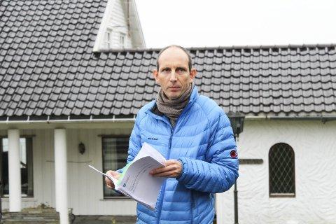 Virksomhetsleder Andreas Mæland i Færder kommune forteller at det er en lengre saksgang før stengsler i strandsonen kan kreves fjernet.