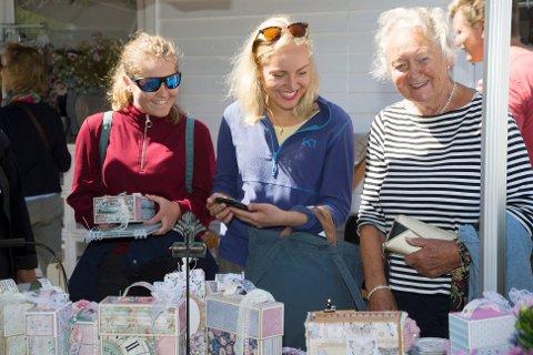 MED BARNEBARN PÅ TJØMEDAGEN: Ingerid Christoffersen fra Teie handlet på Skafferiet med barnabarna Heidi Helgerud (t.v.) og Maren Helgerud Gynhild (i midten).