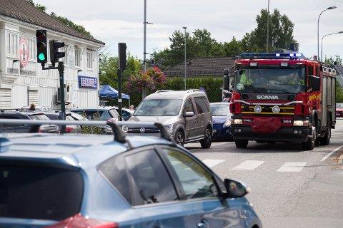 Klokka 13 sto trafikken i alle retninger ved Teie torv. Med blålys og sirener klarte brannbilen bare å holde sykkelfart ned til kanalbrua.