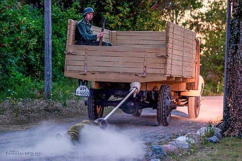 VÅGHALS: Her blir Evert dratt flere meter bak en lastebil over grus og asfalt. Det ser kanskje brutalt ut, men 19-åringen har full kontroll og har godt med beskyttelse.