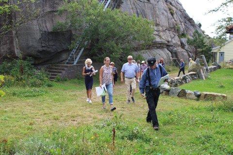 Her er politikerne, med grunneier Arne Jørgen Rønningen i spissen, på vei mot området det skal bygges fritidsbolig om planen går i gjennom nå.