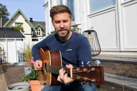 Martin Nyhus Svarthol har vært trubadur i en årrekke. I sommer samlet han gode musikervenner og spilte inn plate, og om noen uker er det slippfest og konsert i Støperiet.