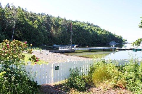 Dette er strandparsellen i Storebuktveien 18, med skiltet på porten som kom opp i fjor sommer.