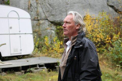 Hans Petter Abrahamsen må svare for det Økokrim mener er grove brudd på tjenesteplikten. Bildet er fra en befaring mens han arbeidet i Tjøme kommune.