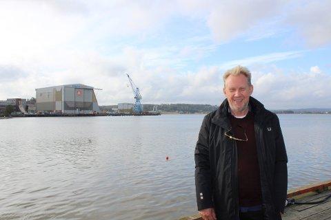 Festivalsjef og kunstnerisk leder Toffen Gunnufsen er klar for Slottsfjell 2022. Tidligere har han blant annet vært sjef for festivalene Hove, Quart og Kadetten. I bakgrunnen er området der festivalen vil finne sted.