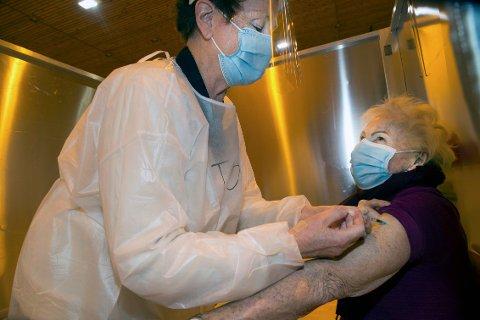 Tidligere sykehuskollega Tove Mørk sprøyter vaksinen inn i armen til Unni Hanson.
