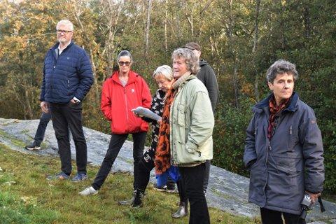 Bildet er av politikerne i hovedutvalg for kommunalteknikk i Færder kommune på et tidligere tidspunkt da det var mulig å reise ut på befaring fysisk. Enn så lenge foregår møtene deres nå digitalt.