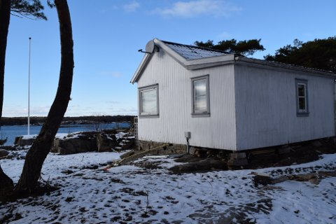 Slik ligger den lille hytta i Langvikveien 45 på Tjøme til. Eierne vil rive og bygge nytt.