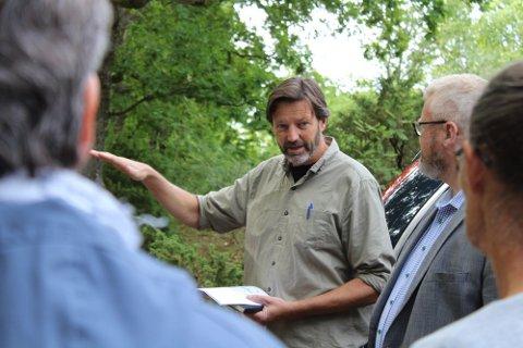 Drømmen om økogrender på Tjøme ble ikke realitet for Rolf Jacobsen. Det er fordi firmaet han samarbeidet med, og som eide tomtene prosjektet skulle realiseres på, er konkurs. Bildet er fra en befaring med politikere på området for snart tre år siden.