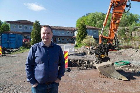 Rune Sørdalen foran kontorbygget til Oseberg Solutions og gravearbeidene til tømmestasjonen.