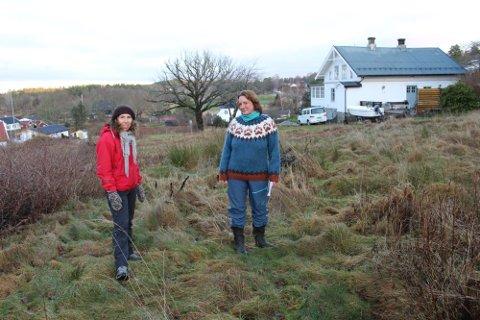 Gry Eriksen til høyre på området det skal  bygges på på Glenne. Her sammen med Renate Ottersen, som også har landbrukseiendom som grenser til.