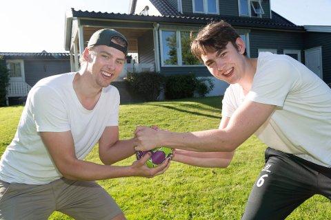 Brødrene Eirik (t.v.) og Øyvind Varpe konkurrerer om den samme plassen på håndballbanen.