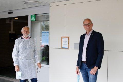Carl-Erik Grimstad var nylig vakt under vaksinasjon i Wilhelmsenhallen. Det oppfordrer han flere til å gjøre. Her sammen med ordfører Jon Sanness Andersen, som nylig reagerte på ordningen med at ansatte i skoler og barnehager nå kan settes foran i vaksinekøen.