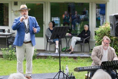  Rein Alexander og Petter Anthon Næss underholdt i hagen til Frivilligsentralen i dag.