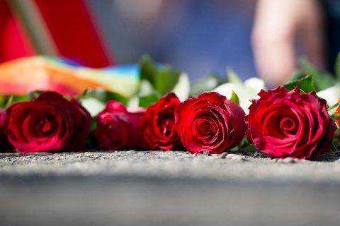 Roser legges ned under minnemarkeringen på Utøya fredag ettermiddag, fem år etter terrorangrepene 22. juli 2011.