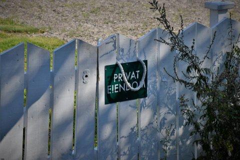 I år er det dette skiltet som er hengt opp på porten til fritidseiendommen på Nøtterøy. Kommunen har varslet fjerning, nå har grunneier svart.