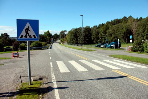 Det har blitt tagget på to biler parkert langs Nystrandvegen.