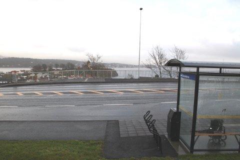 På den mest værutsatte bussholdeplassen ved Korvetten i Brevik er det leskrur bare på den ene siden av veien. Her blåser det ofte nordavind fra lle kanter. Breviksfolk etterlyser leskur mot øst.